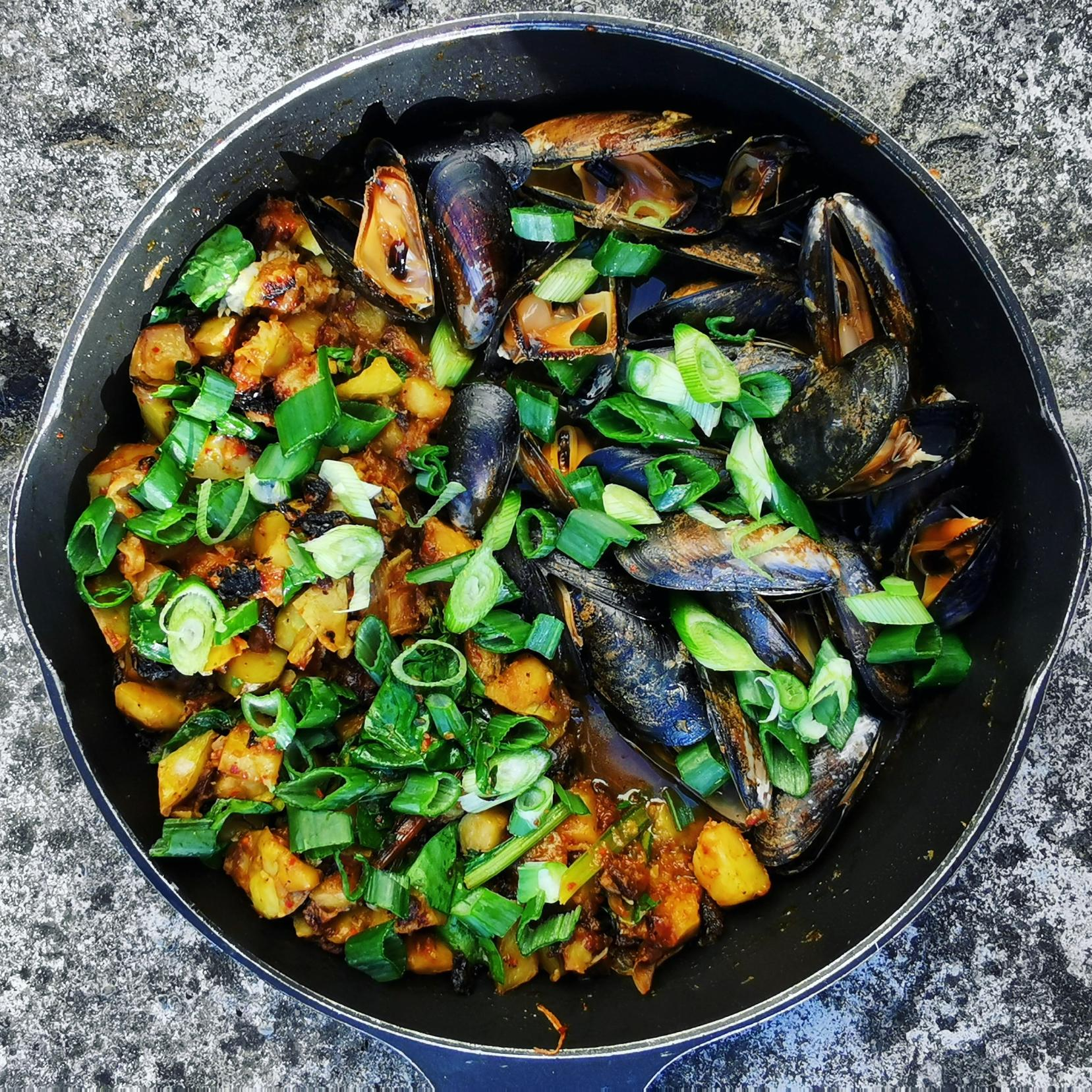 ONE PAN POTATOES AND MUSSELS RECIPE