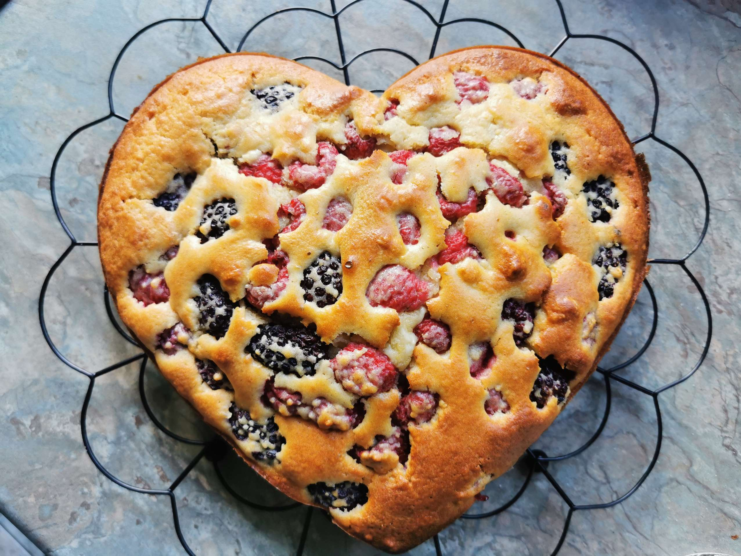 RASPBERRY AND BLACKBERRY MUFFIN CAKE